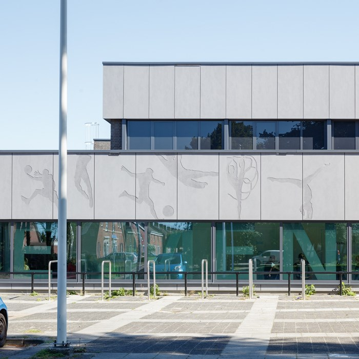 Uitgefreesde sportfiguren geven unieke dynamiek aan sporthal Muntendam (NL)